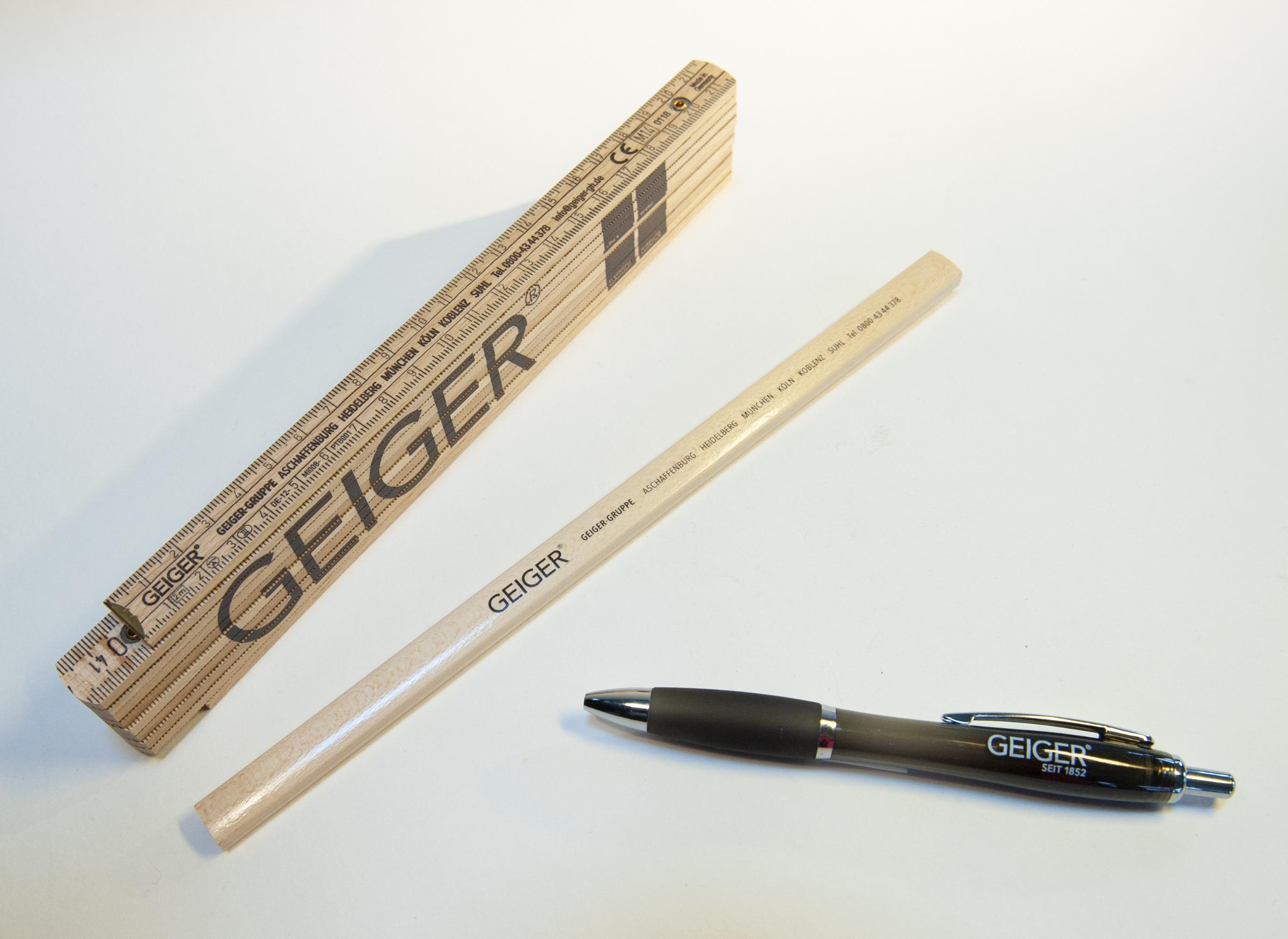 Zollstock, Bleistift und Kugelschreiber